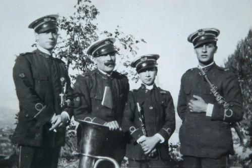 A sinistra lo scultore Umberto Moretti con Giuseppe Ferrari, padre di Dino, Dino Ferrari ed il fratello Piero. Ascoli Piceno, fine anni 20