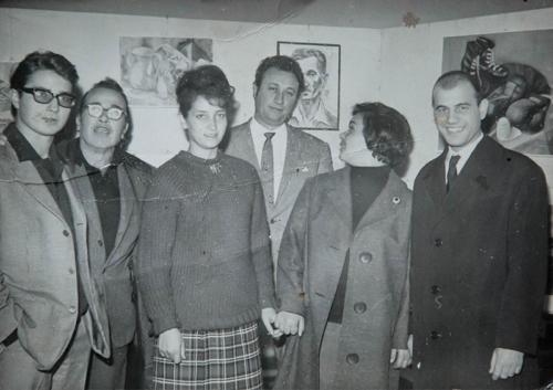 Dino Ferrari con gli alunni della scuola del Palazzetto Longobardo. Ascoli Piceno, fine anni 60